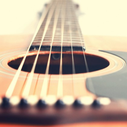 Acoustic guitar with very shallow depth of field, focus on strings